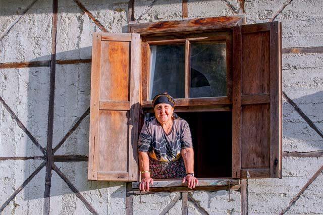 Meryem Oncel dans sa maison du village de Gokbuk - A/R Magazine voyageur 2018